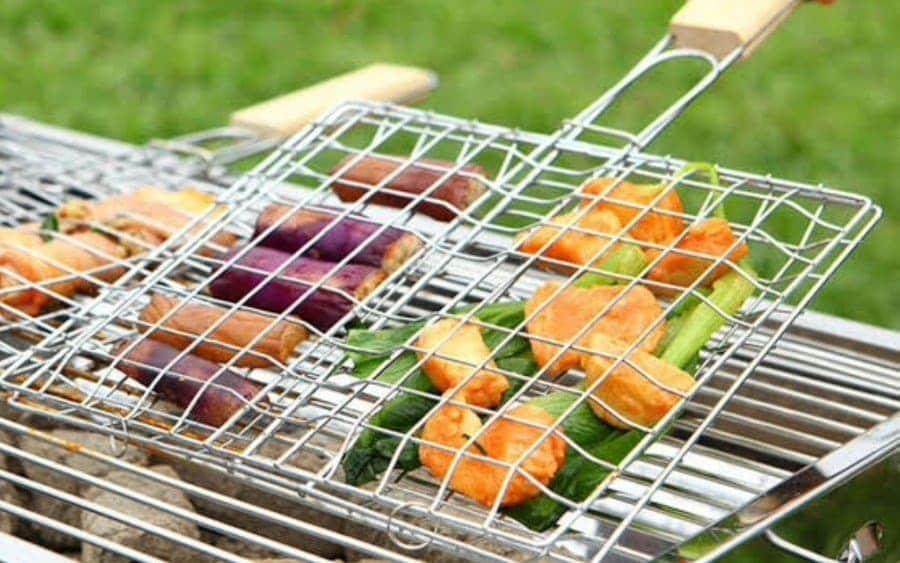 A barbecue net clamp containing food