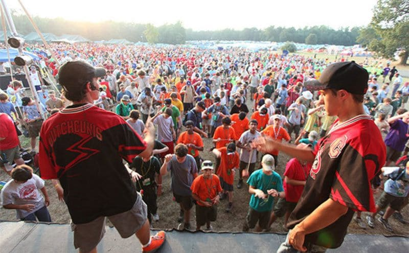 Thousands of people standing before a stage, all playing yo-yo at the same time.