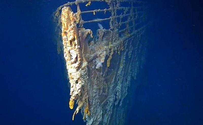 A view of the shipwreck at the bottom of the sea.
